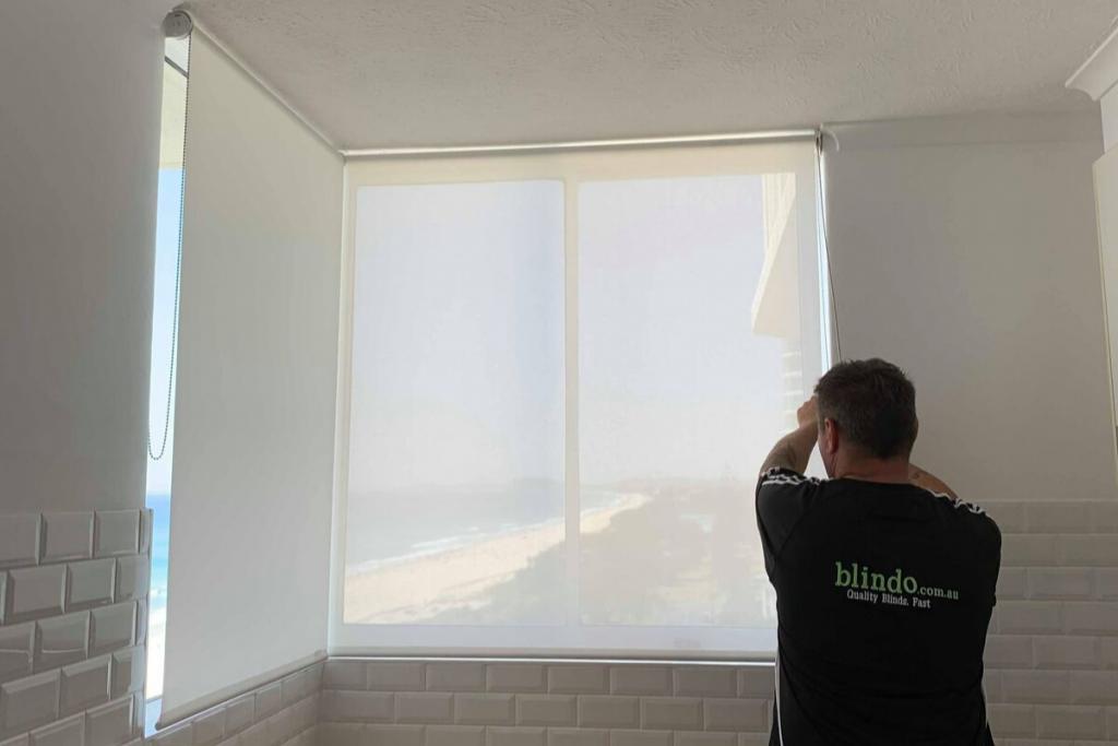 A Blindo team member helping after blinds get stuck.